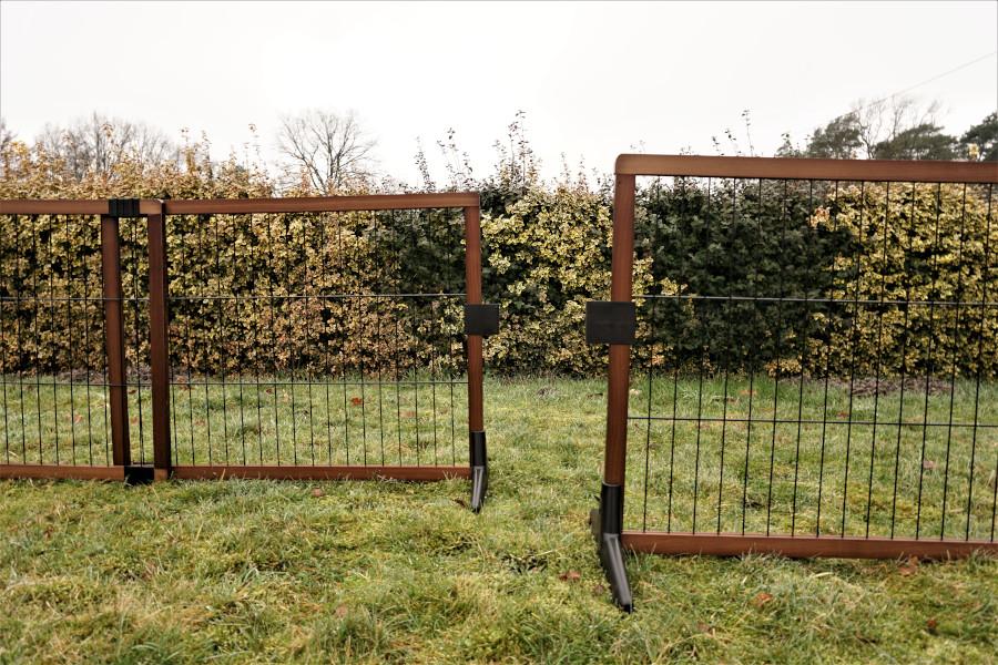 Absperrgitter: ausziehbar für junge Welpen, kleine Hunde oder Hunde, die Begrenzungen akzeptieren. In erster Linie für Innenräume geeignet. Kann nur zwischen zwei Mauern oder Vorsprünge befestigt werden.